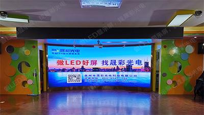 清�骺�发区实验幼儿园安装室内Q2.5全彩显示屏10.6平方